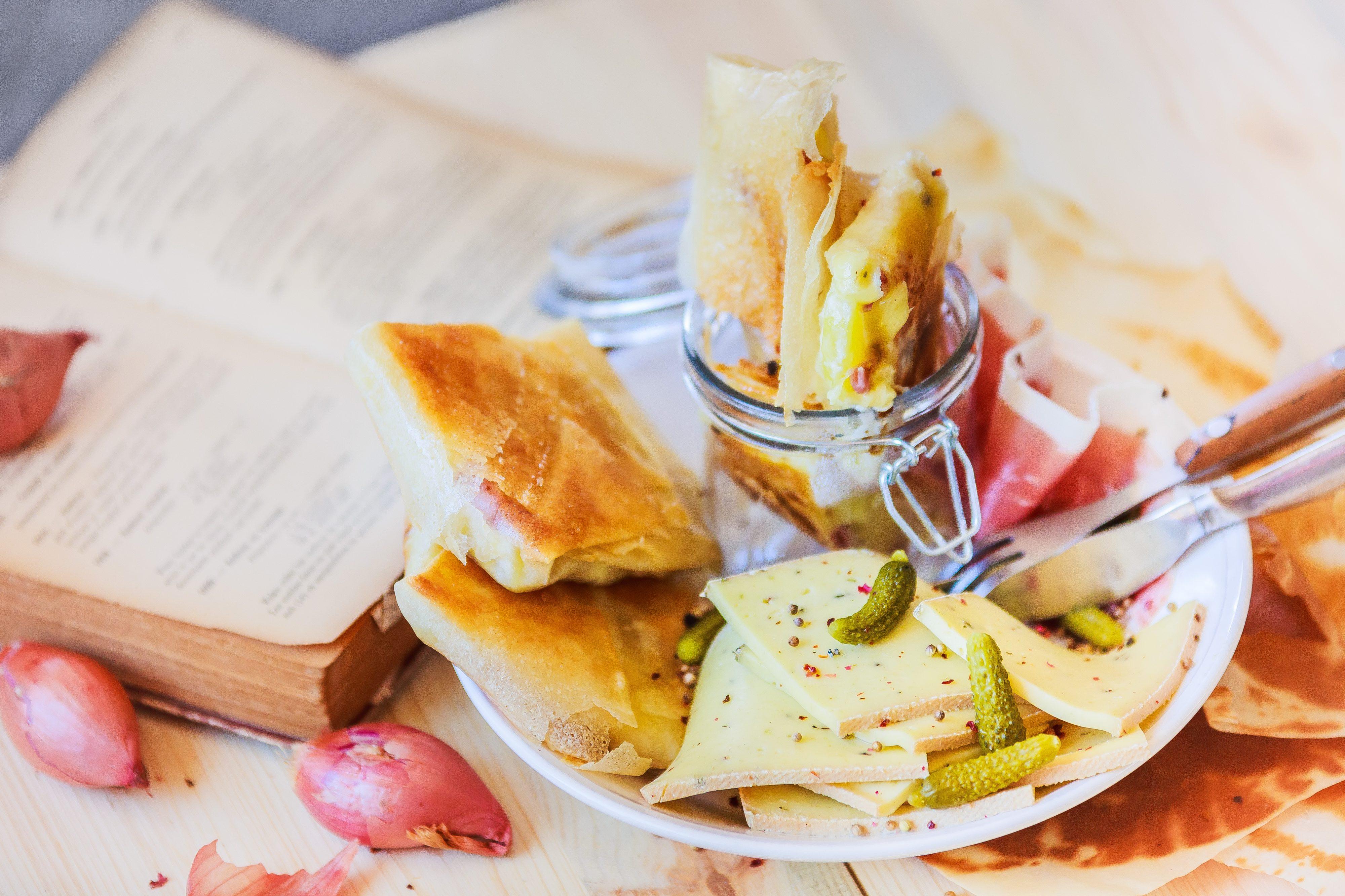 Croustillants à la raclette au poivre et jambon cru. Photo culinaire