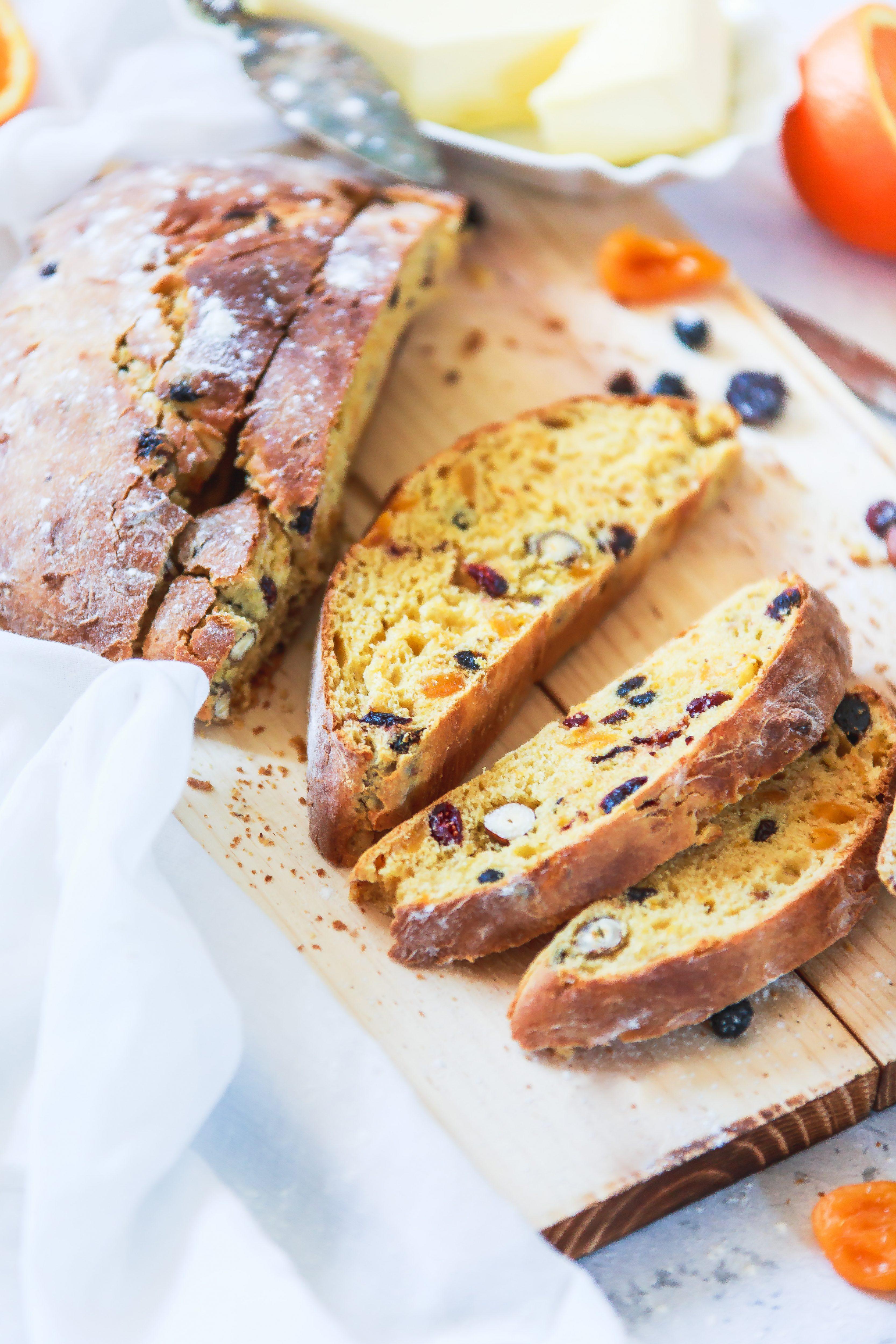 Recette du pain brioché aux abricots, noisettes, pruneaux et jus d'orange. Photographe et styliste culinaire France.