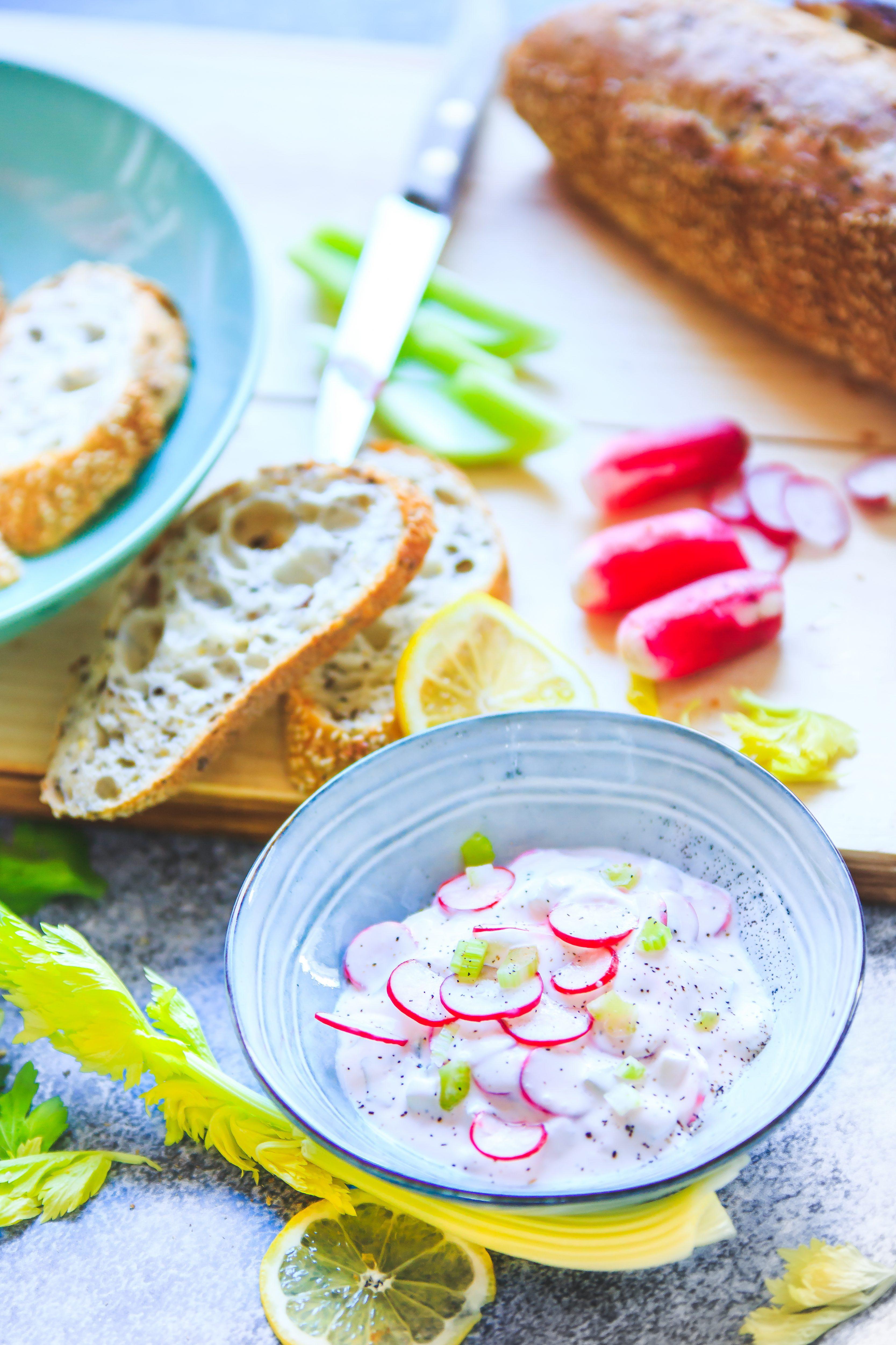 Recette Crème de radis rose et Céleri branche.  Photographe et styliste culinaire France.