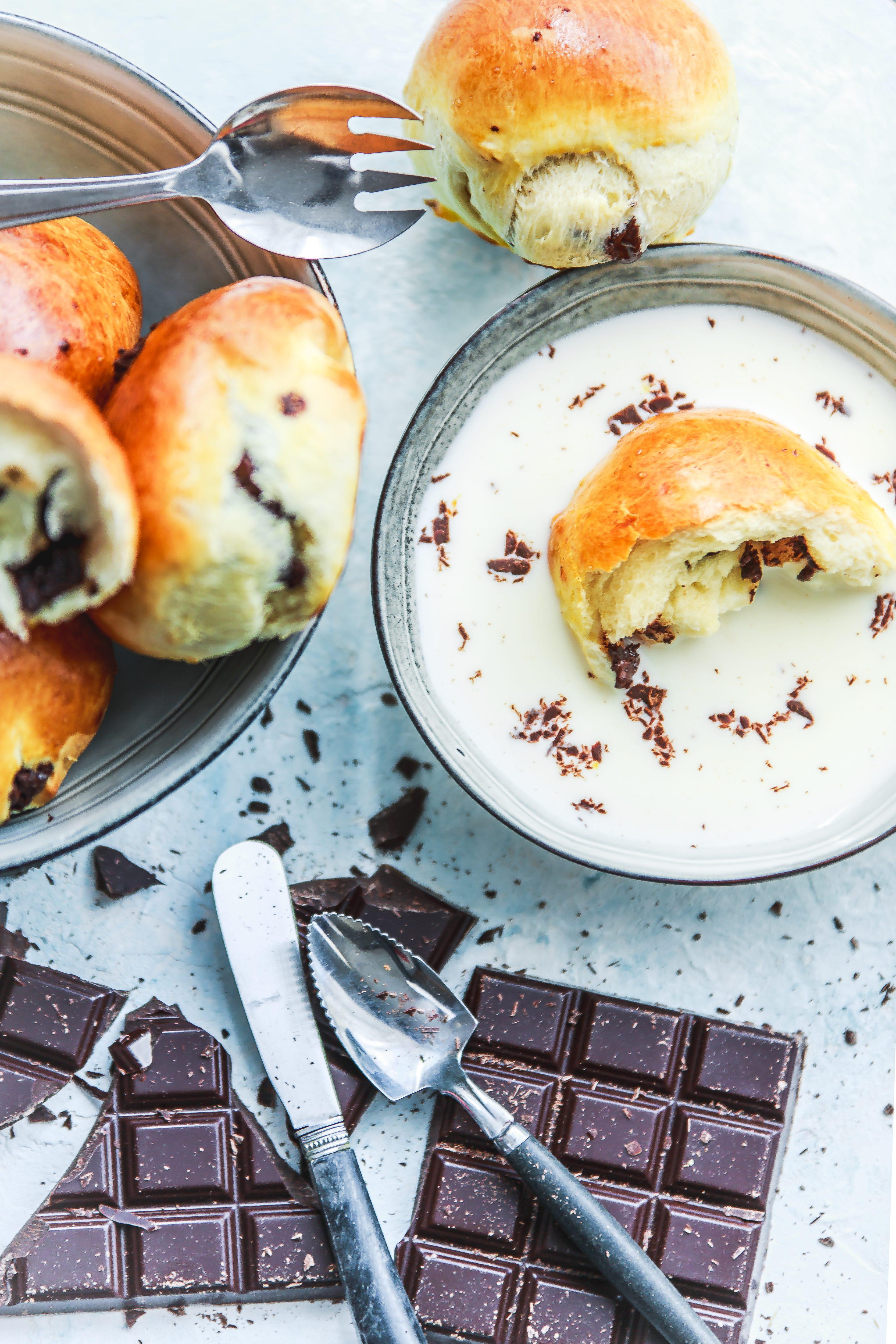 Petits pains au lait et chocolat. Photographe culinaire.