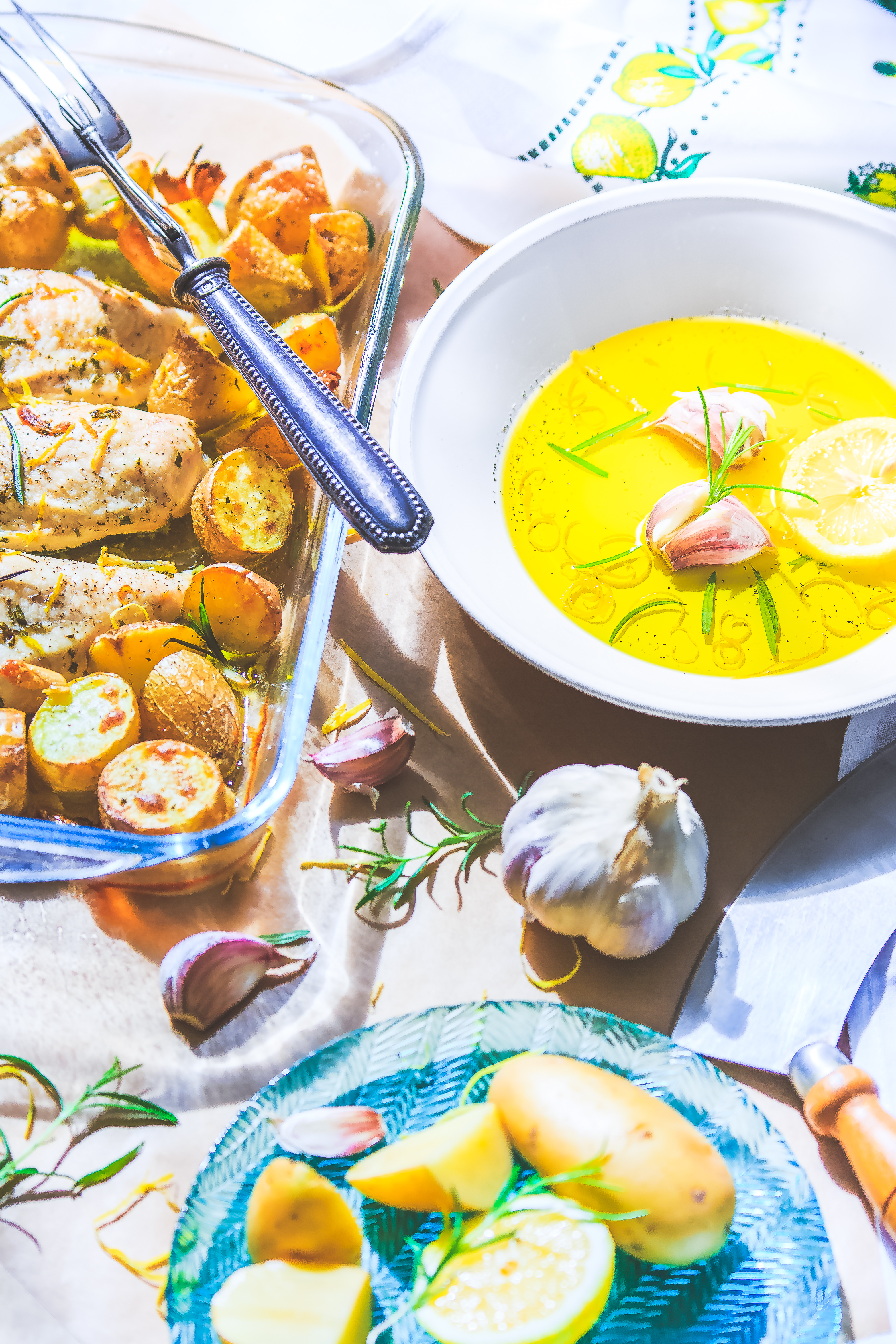 Filets de poulet et Pommes de terre rôtis à l'ail, romarin et citron.