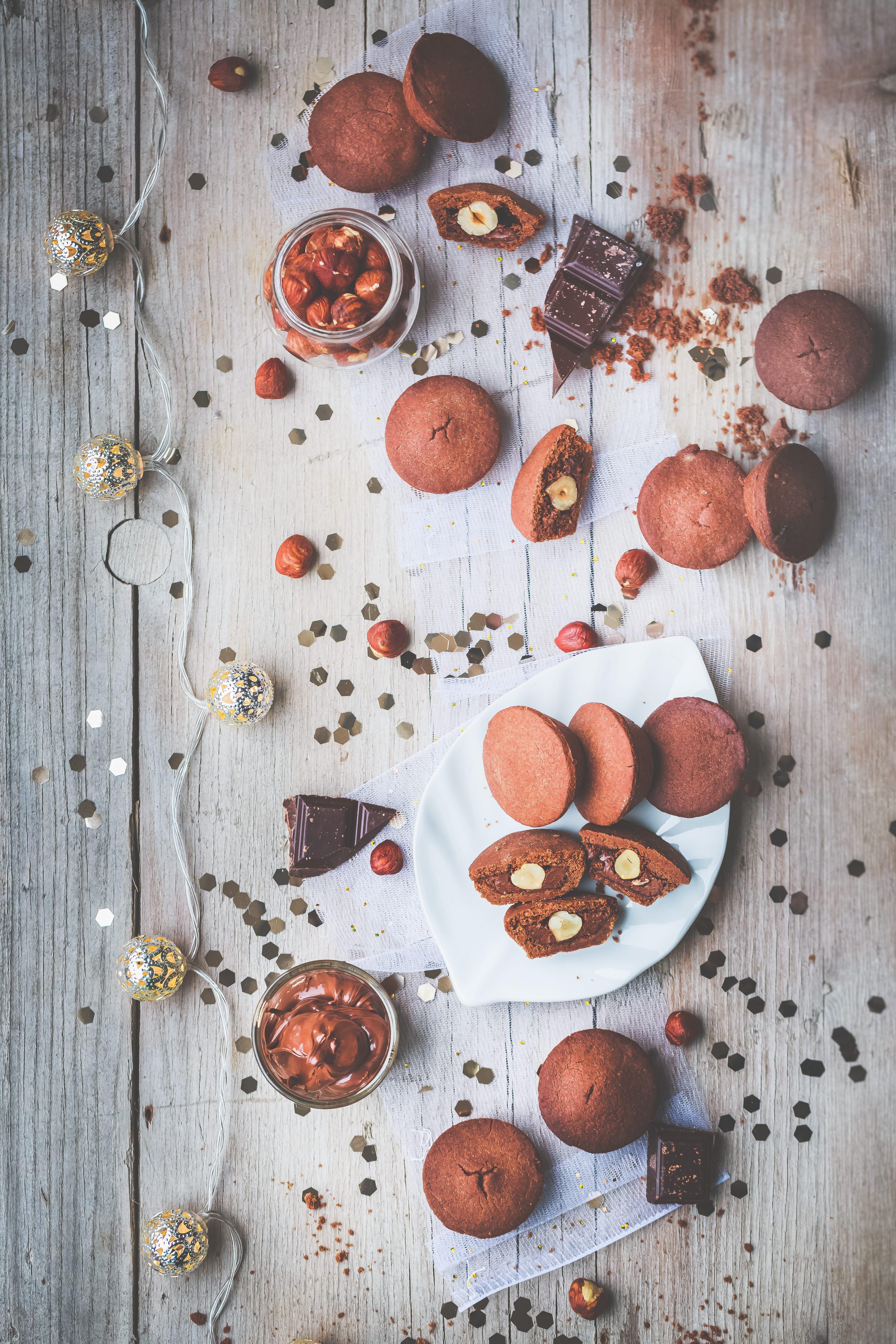 Sablés-chocolat-fourrés-à-la-pâte-à-tartiner-et-noisette