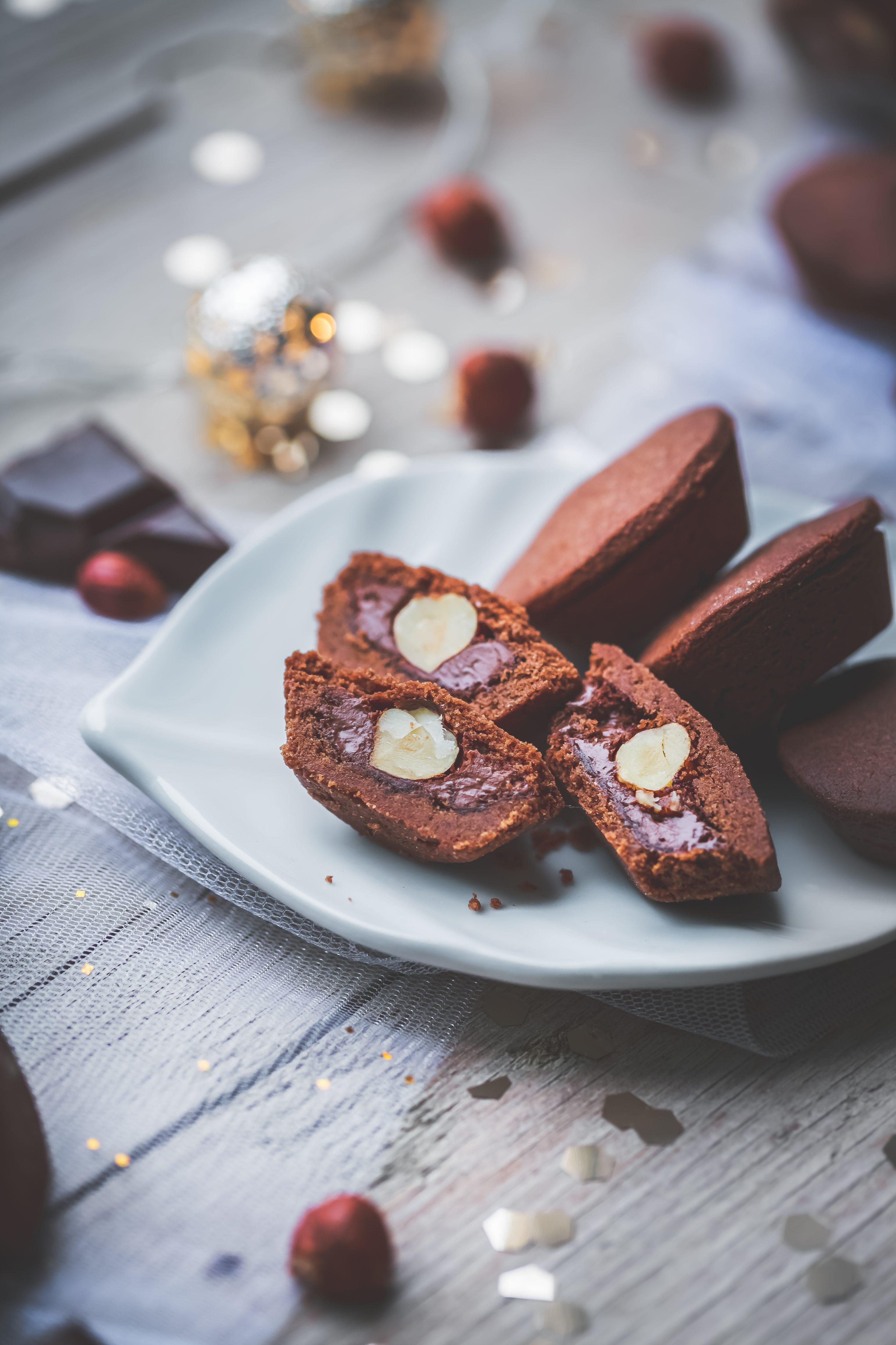 Sablés chocolat fourrés à la pâte à tartiner et noisette