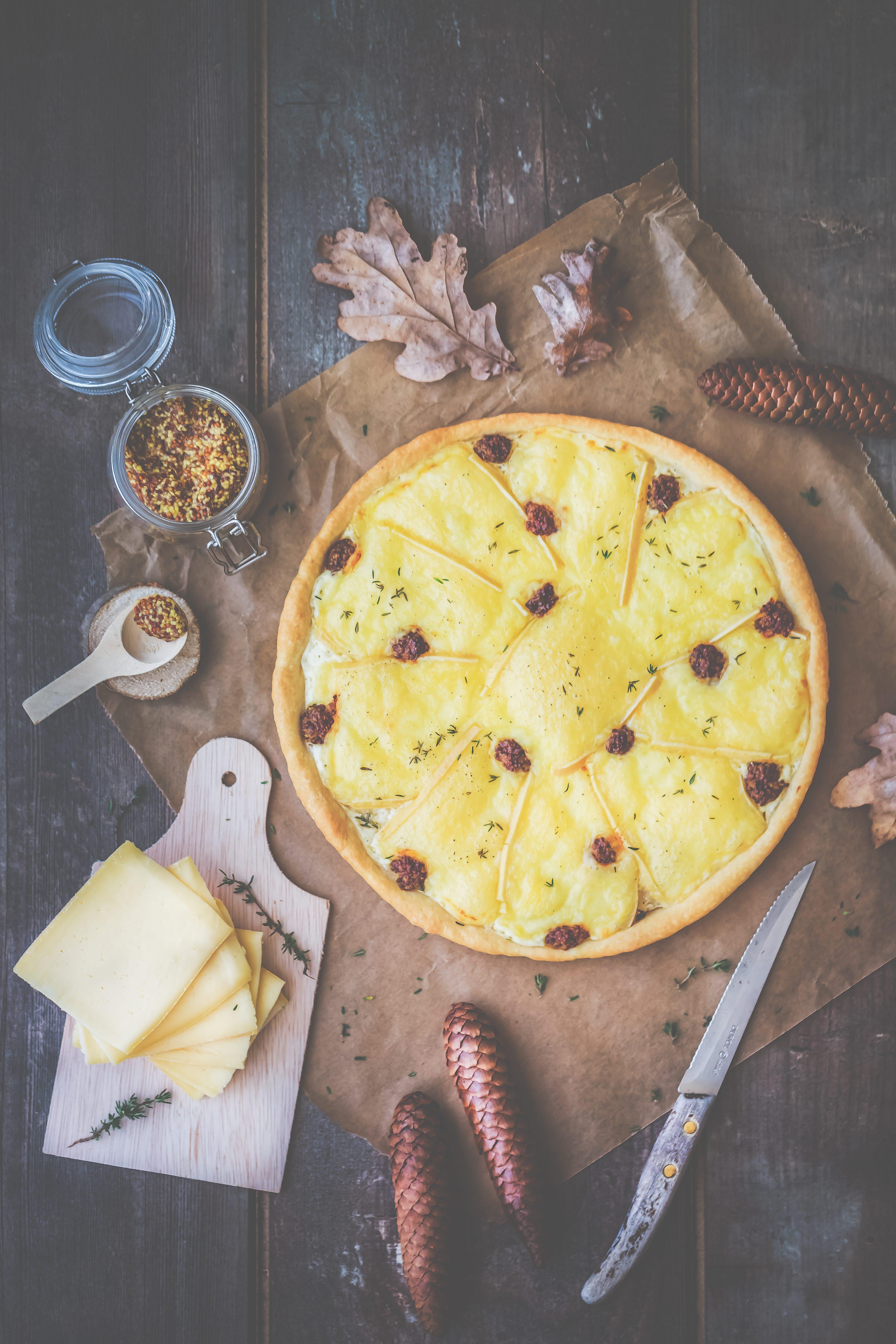 Tarte briochée à la raclette, moutarde et thym